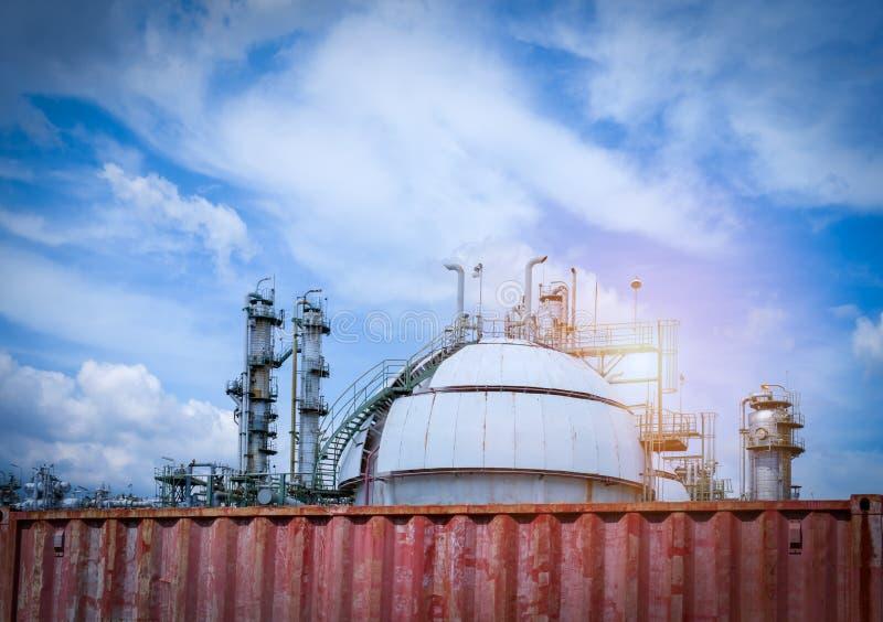 Il serbatoio e la colonna del gas della sfera si elevano nella pianta della raffineria di petrolio fotografie stock