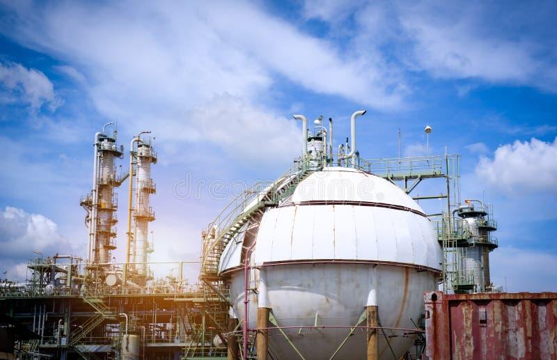 Il serbatoio e la colonna del gas della sfera si elevano nella pianta della raffineria di petrolio fotografie stock libere da diritti