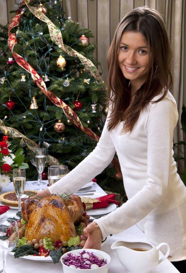 Il servire della donna ha arrostito il pollo del tacchino per il nuovo anno di natale della famiglia fotografia stock