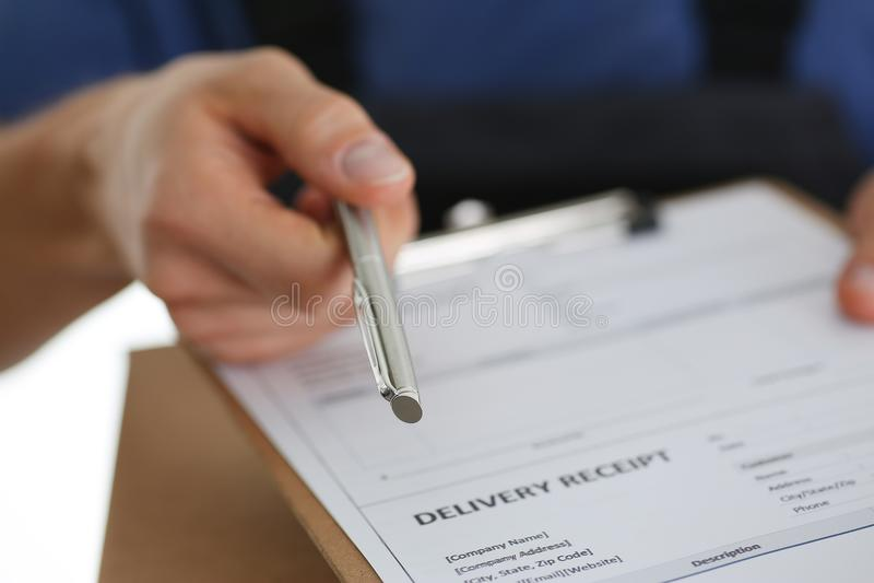 Il servizio di distribuzione del corriere dello specialista offre riempire il contratto della cooperazione fotografia stock libera da diritti
