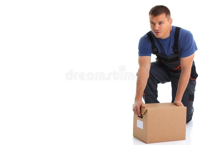 Il servizio di distribuzione del corriere dello specialista porta le scatole con i pacchetti fotografia stock libera da diritti