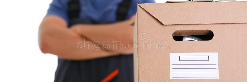 Il servizio di distribuzione del corriere dello specialista porta le scatole una persona immagine stock libera da diritti