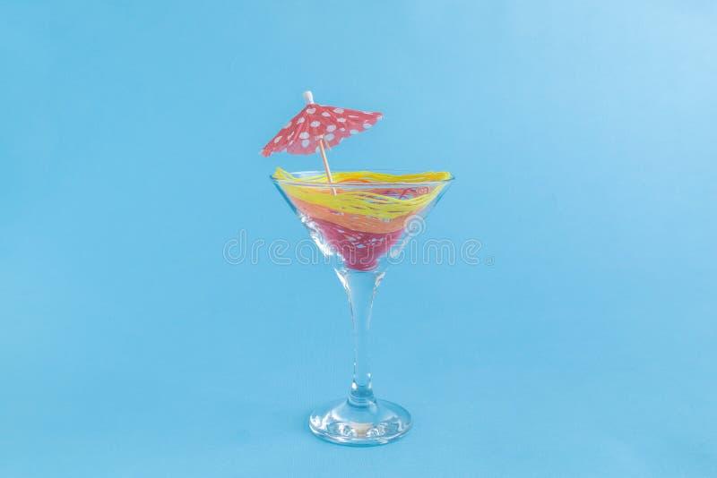 Il sesso sul cocktail della spiaggia si è formato dai fili e dal parasole di carta rosso in bicchiere Creativo minimalistic della immagini stock