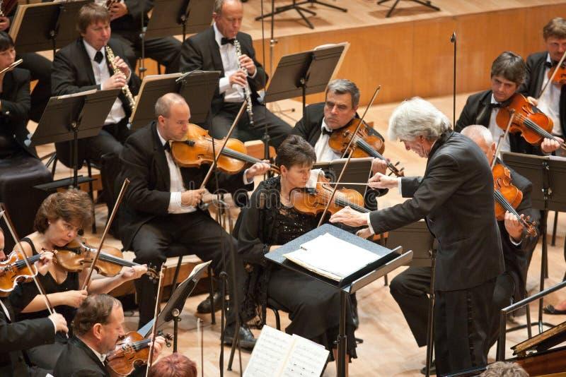 Il SIG. orchestra sinfonica effettua fotografia stock libera da diritti