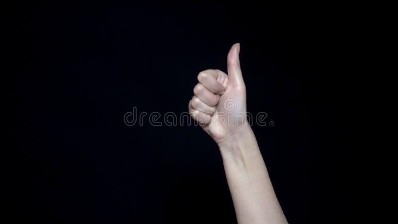 Il significato del segno della mano gradisce Il primo piano del pollice firma su Buon gesto di mano Fondo isolato il nero fotografia stock libera da diritti
