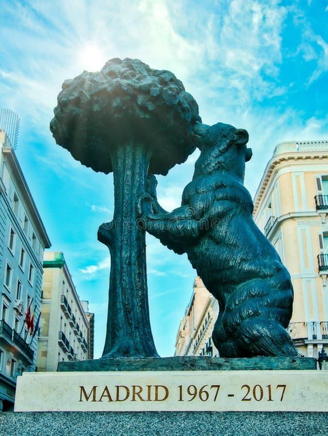 Il simbolo dell'orso di Madrid Statua dell'orso e del Madrono di EL di Oso y del corbezzolo nel del Sol Square di Puerta a Madrid fotografia stock