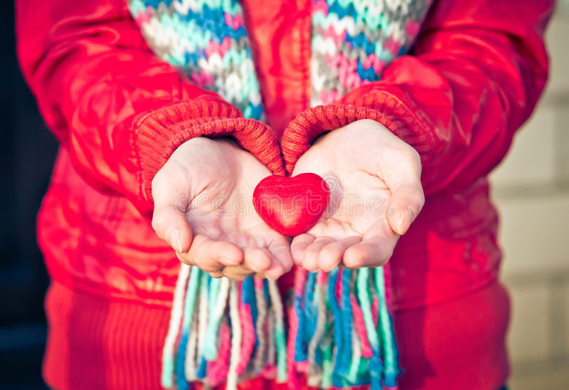 Il simbolo di amore di forma del cuore in donna passa il giorno di biglietti di S. Valentino immagine stock