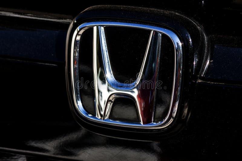 Il simbolo di marchio di fabbrica di Honda nel frontside di una fotografia automobilistica nera fotografie stock