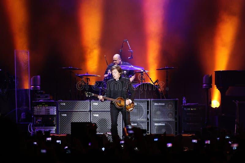 Il sir Paul McCartney effettua sul palco a Olimpiyskiy fotografie stock libere da diritti
