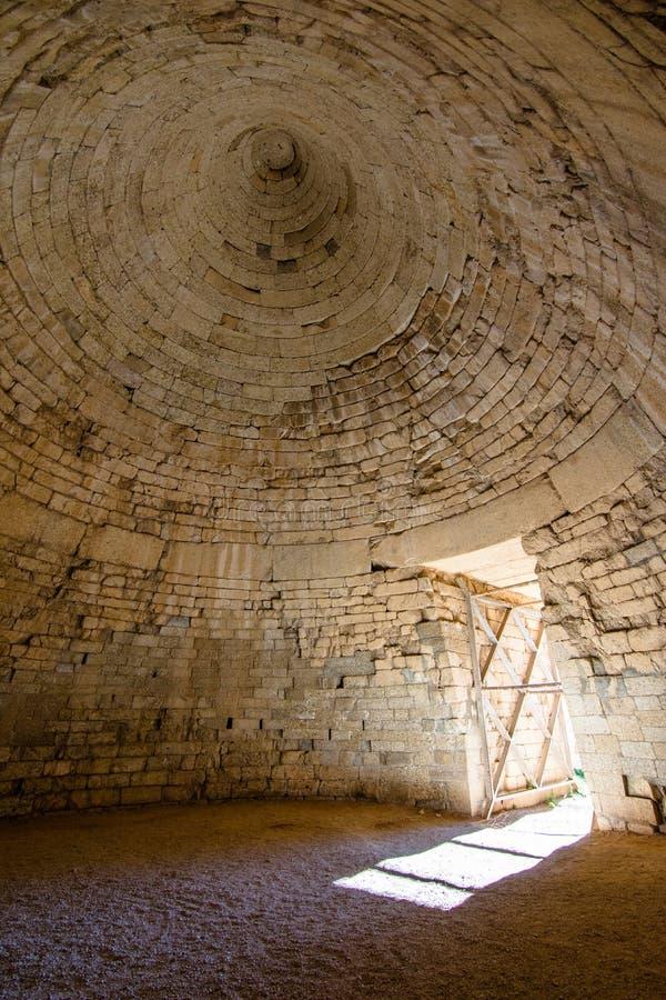 Il sito archeologico di Micene vicino al villaggio di Mykines, con le tombe antiche, le pareti giganti ed il portone famoso dei l fotografia stock libera da diritti