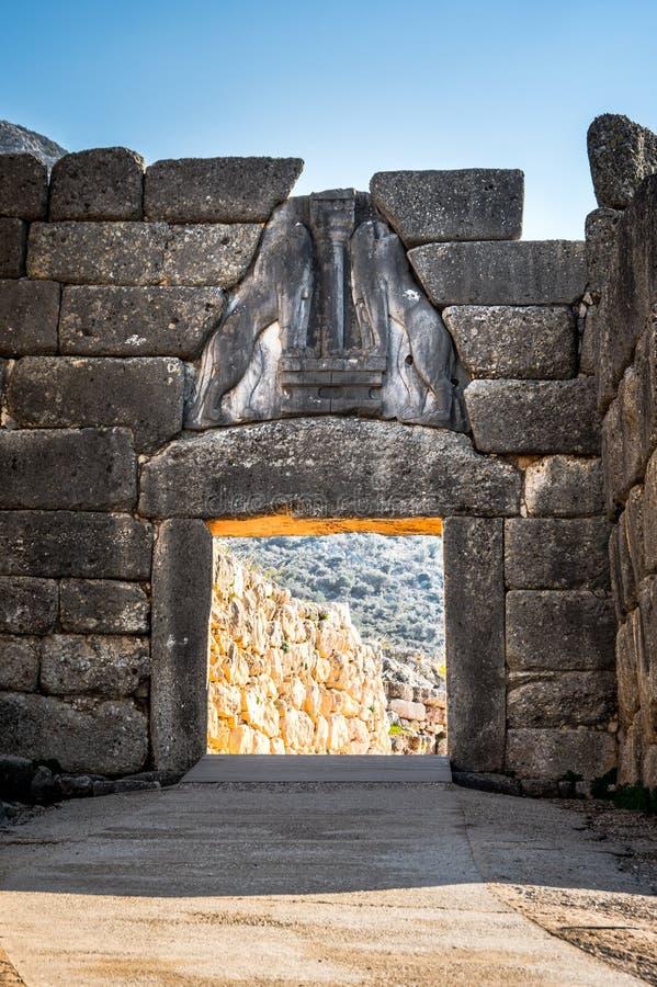 Il sito archeologico di Micene vicino al villaggio di Mykines, con le tombe antiche, le pareti giganti ed il portone famoso dei l fotografie stock