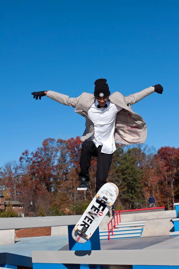 Il skateboarder salta per eseguire il trucco a nuovo Skatepark fotografia stock libera da diritti