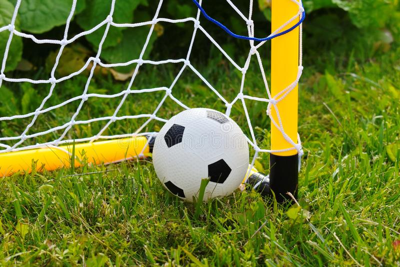 Il soccerball dei bambini in portone Gioco di sport nell'aria fresca fotografia stock libera da diritti