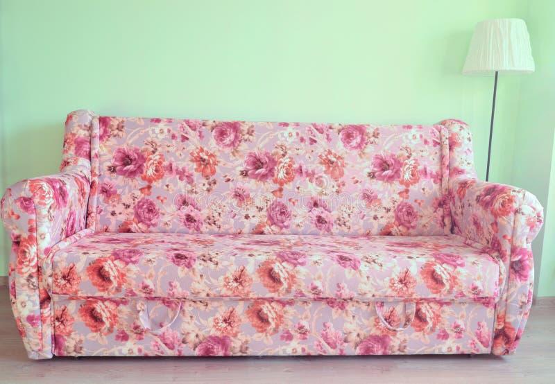 Il sofà e la lampada fotografie stock