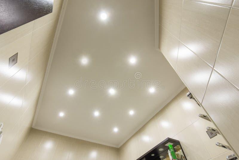 Il soffitto nel bagno, illuminazione ha incluso immagini stock