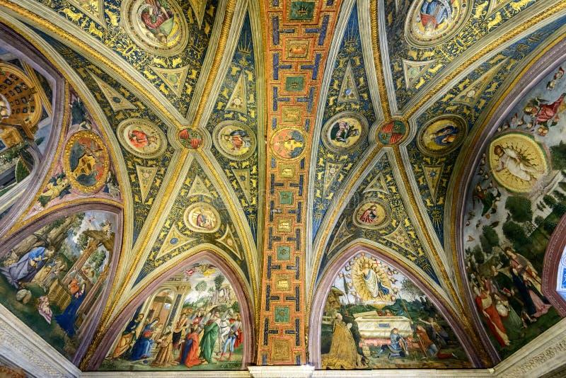Il soffitto in una delle stanze nel museo del Vaticano fotografia stock libera da diritti