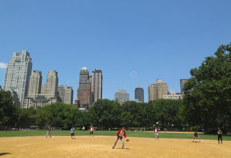 Il softball teams il gioco a Heckscher Ballfields in Central Park fotografia stock