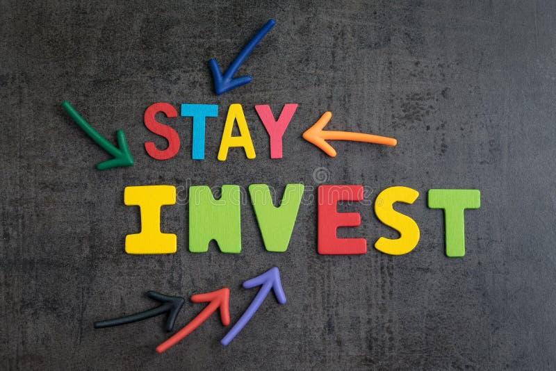 Il soggiorno investito in azione senza il concetto della sincronizzazione del mercato, frecce che indicano le parole SOGGIORNO IN immagini stock
