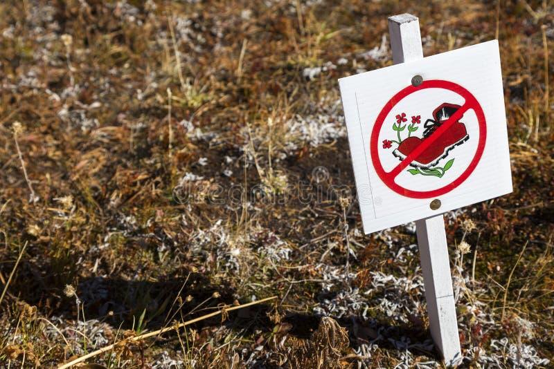 Il soggiorno sull'escursione della traccia firma dentro il canadese Montagne Rocciose immagini stock