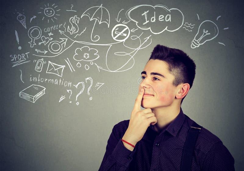 Il sogno di pensiero dell'uomo felice ha cercare di molte idee immagini stock