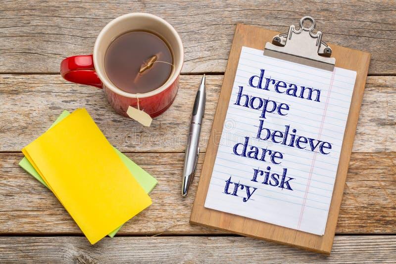Il sogno, speranza, crede sul clipbaord immagini stock