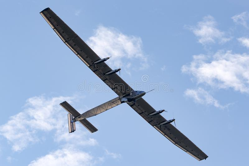 Il Solar Impulse 2 è gli aerei autoalimentati solari sperimentali sviluppati svizzero della lunga autonomia con la registrazione  fotografia stock libera da diritti