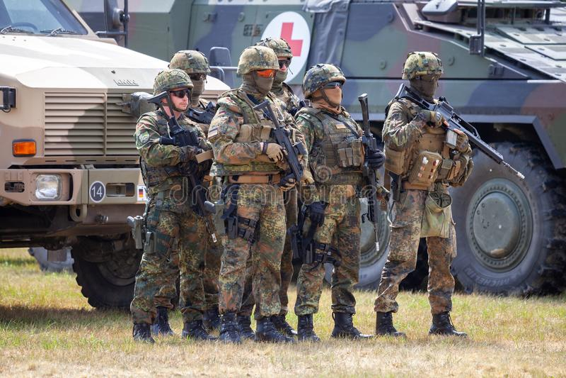 Il soldato tedesco istruisce i soldati immagine stock