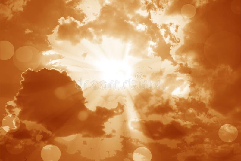 Il sole brillante al chiaro cielo arancio e la lente si svasano con lo spazio della copia immagine stock