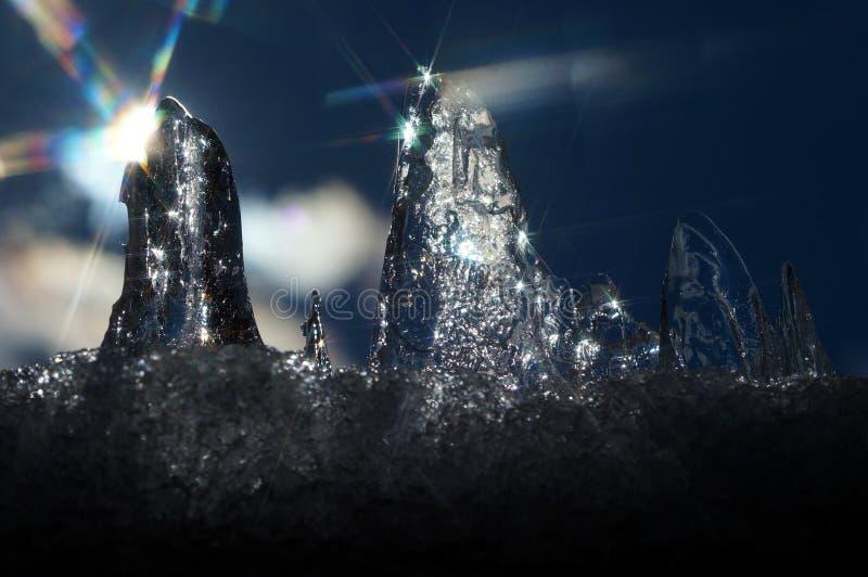 Il sole della primavera che illuminano il ghiaccio ed i suoi raggi creano le stelle fotografia stock