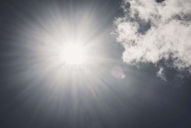 Il sole di Darkshining con il chiarore della lente su cielo blu non si appanna il tono dell'annata del fondo del giorno della nat immagine stock