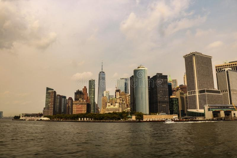 Il sole di giorno dell'orizzonte di New York City si appanna l'ora dorata blu fotografie stock libere da diritti