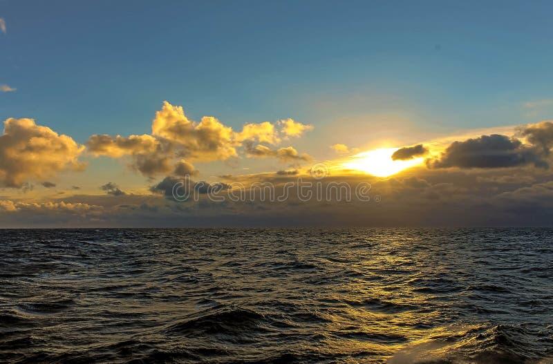 Il sole sopra il mare fotografia stock libera da diritti