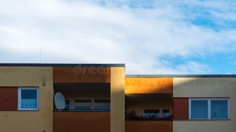 Il sole splende sulla facciata di un edificio residenziale immagine stock