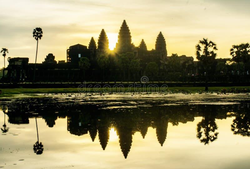Il sole sta aumentando di mattina a Angkor Wat immagini stock libere da diritti