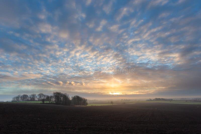 Il sole sta aumentando e la nebbia sta eliminando fotografia stock libera da diritti