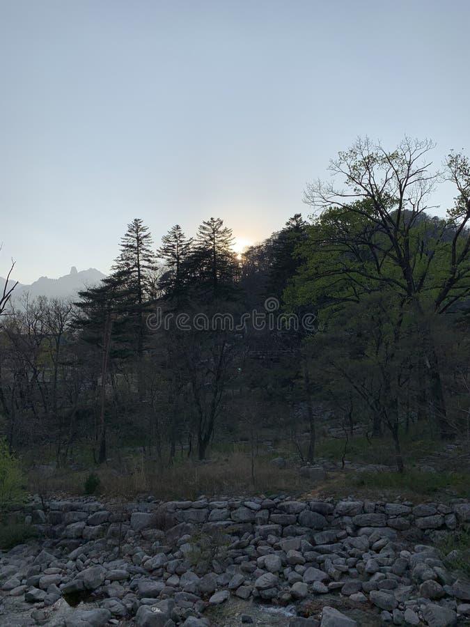 Il sole sta cadendo, il segreto della montagna fotografie stock