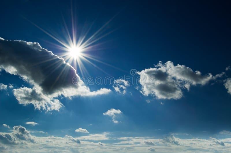 Il sole su cielo blu. fotografia stock