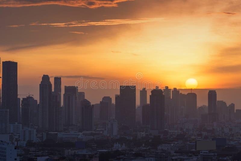 Il sole va giù alla città di Bangkok, fondo di tempo del tramonto immagini stock