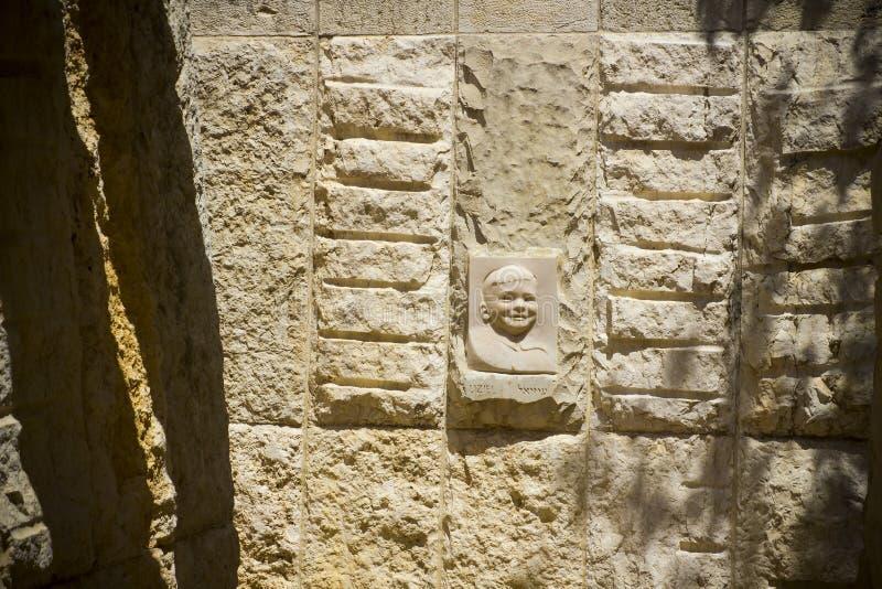 Il sollievo della scultura scolpito in di pietra e situato all'entrata alla caverna commemorativa del ` s dei bambini al Yad Vash immagini stock libere da diritti