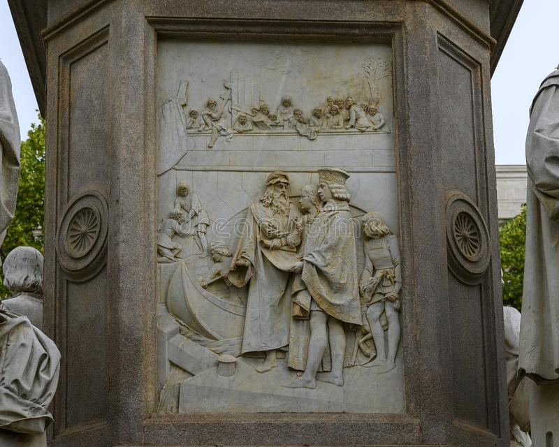 Il sollievo di ingegneria la parte di sinistra del monumento a Leonardo Da Vinci nel quadrato di Scala di della piazza, Milano, I fotografia stock libera da diritti