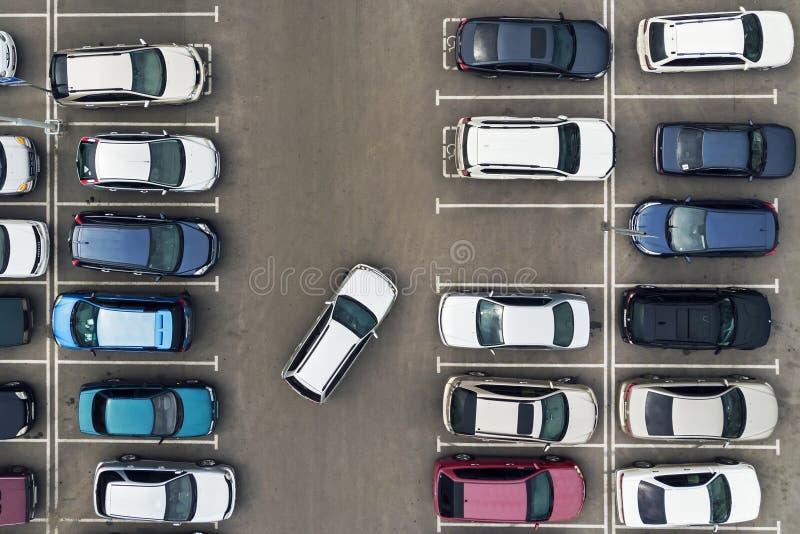 Il solo posto-macchina libero nel parcheggio Navigazione nel parcheggio Cercando lo spazio libero per parcheggiare Il parcheggio  fotografia stock libera da diritti