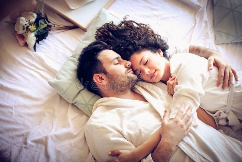 Il sonno nell'abbraccio amoroso della persona è la maggior parte di bella cosa immagine stock libera da diritti