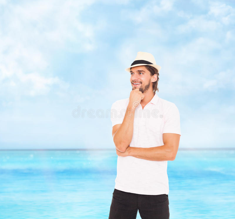 Il sorriso dell'uomo pensa il lato di sguardo per svuotare lo spazio della copia fotografia stock