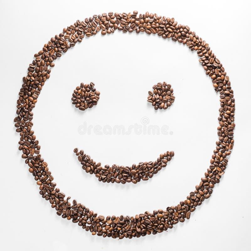 Il sorriso ha modellato i chicchi di caffè isolati su fondo bianco composizione per i blogger, progettisti, siti Web fotografia stock