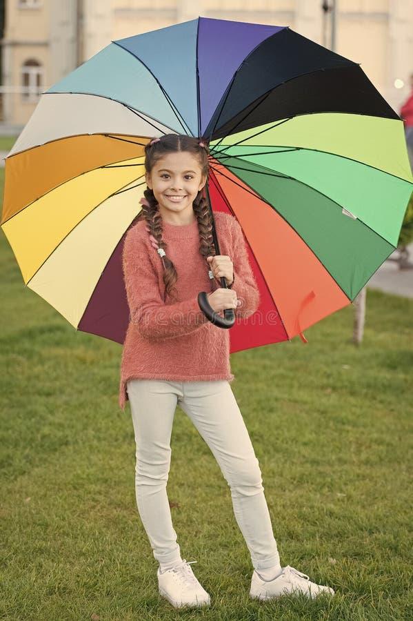 Il sorriso lasciato ? il vostro ombrello Accessorio variopinto per l'umore allegro Capelli lunghi del bambino della ragazza che c fotografia stock libera da diritti