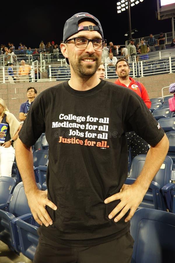 Il sostenitore di Bernie Sanders indossa una maglietta che promuove il candidato democratico per le presidenziali del partito a N immagine stock