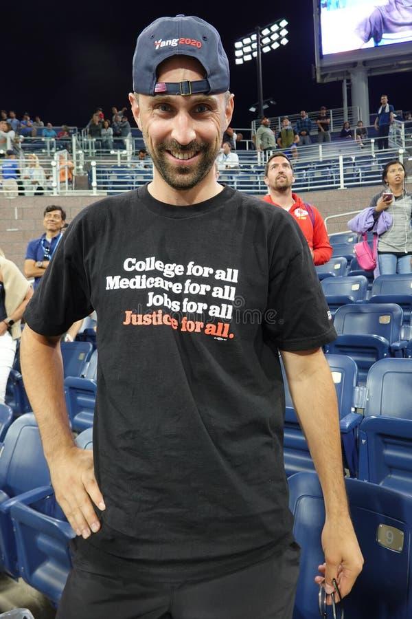 Il sostenitore di Bernie Sanders indossa una maglietta che promuove il candidato democratico per le presidenziali del partito a N immagini stock