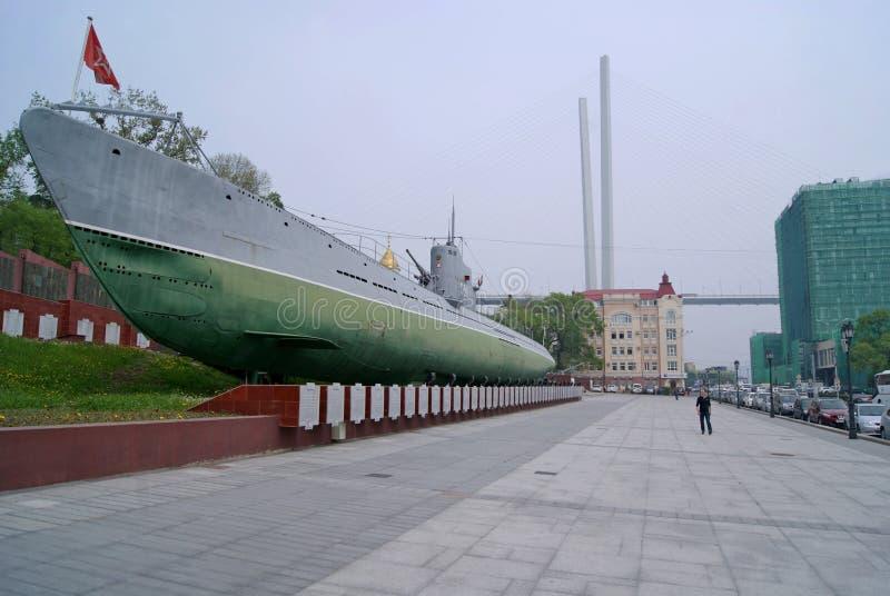 Il sottomarino sulla via in Vladivostok Un monumento ed il museo con un bordo commemorativo immagine stock libera da diritti