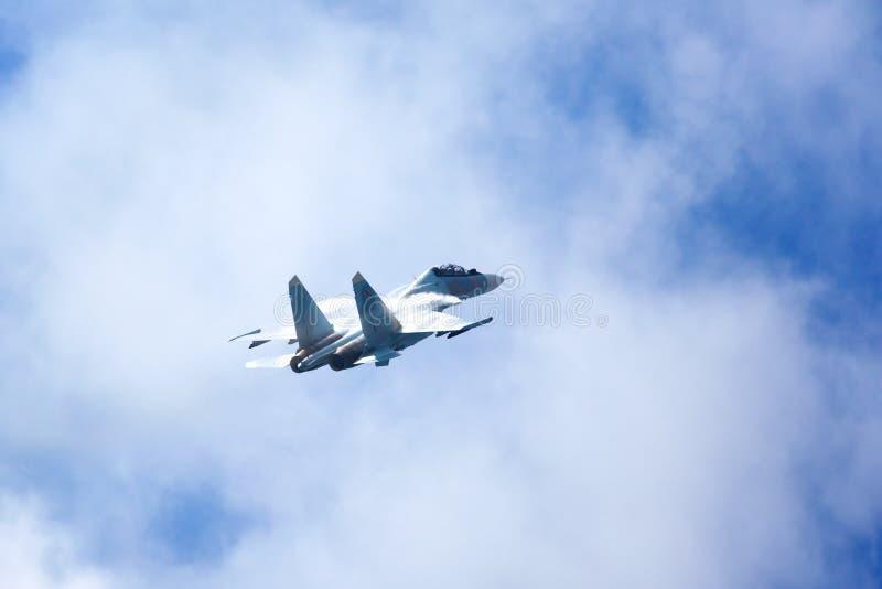 Il Su-30 MP, aereo da caccia russo dei falchi russi del gruppo VKS acrobatici ?nel cielo nuvoloso blu immagine stock libera da diritti