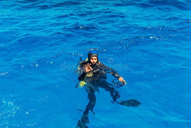 Il subaqueo fa il segno giusto fotografia stock libera da diritti
